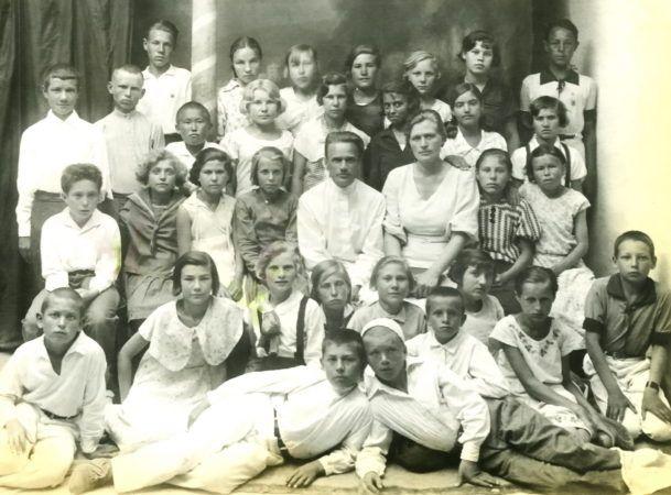 Ирма Мартенс в окружении своих учеников в школе