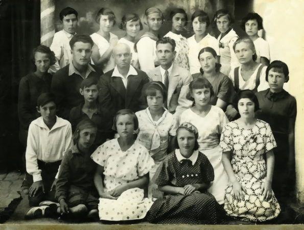 Ирма Мартенс среди своих коллег и учеников-старшеклассников