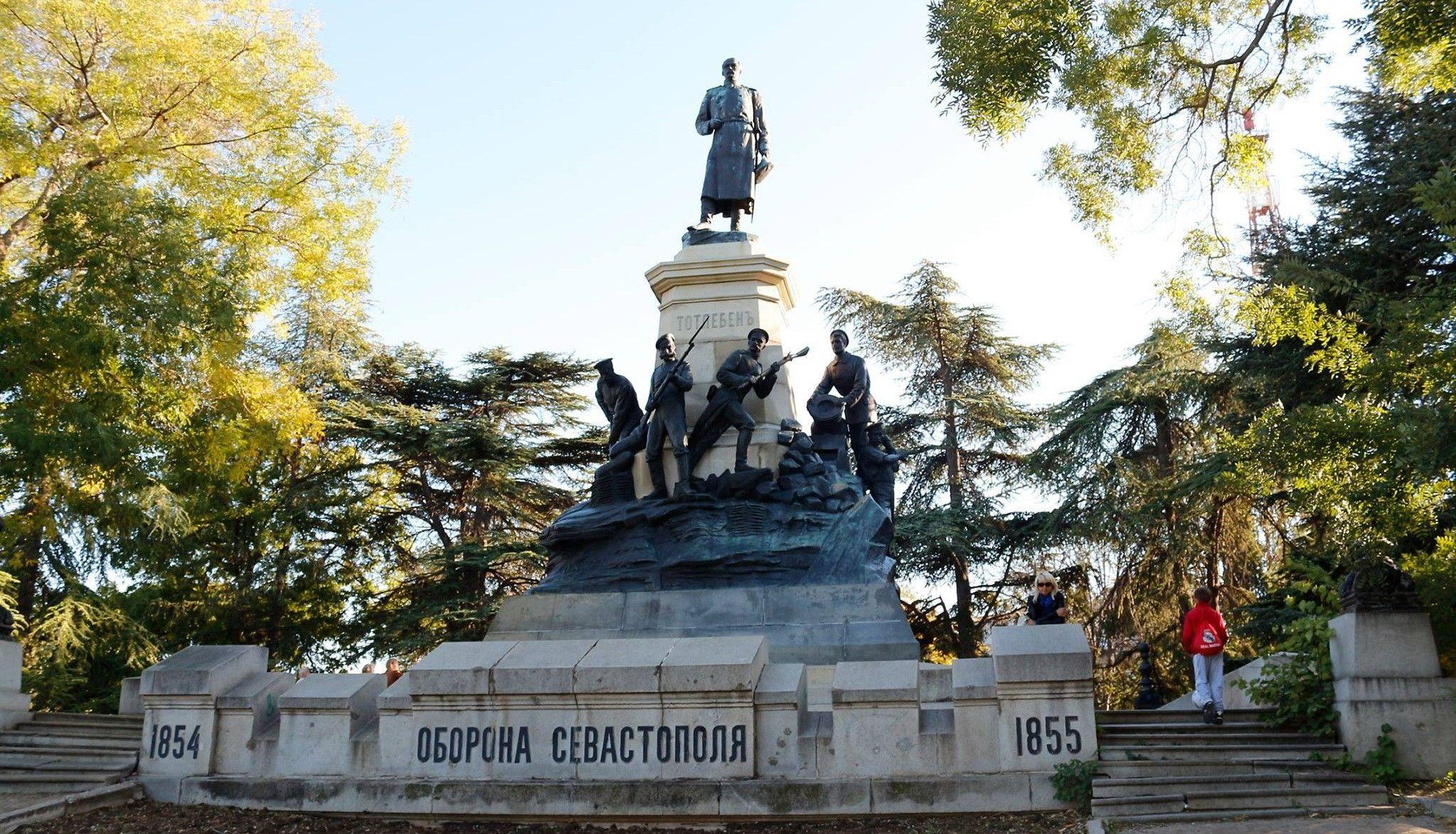 Памятник генералу Тотлебену