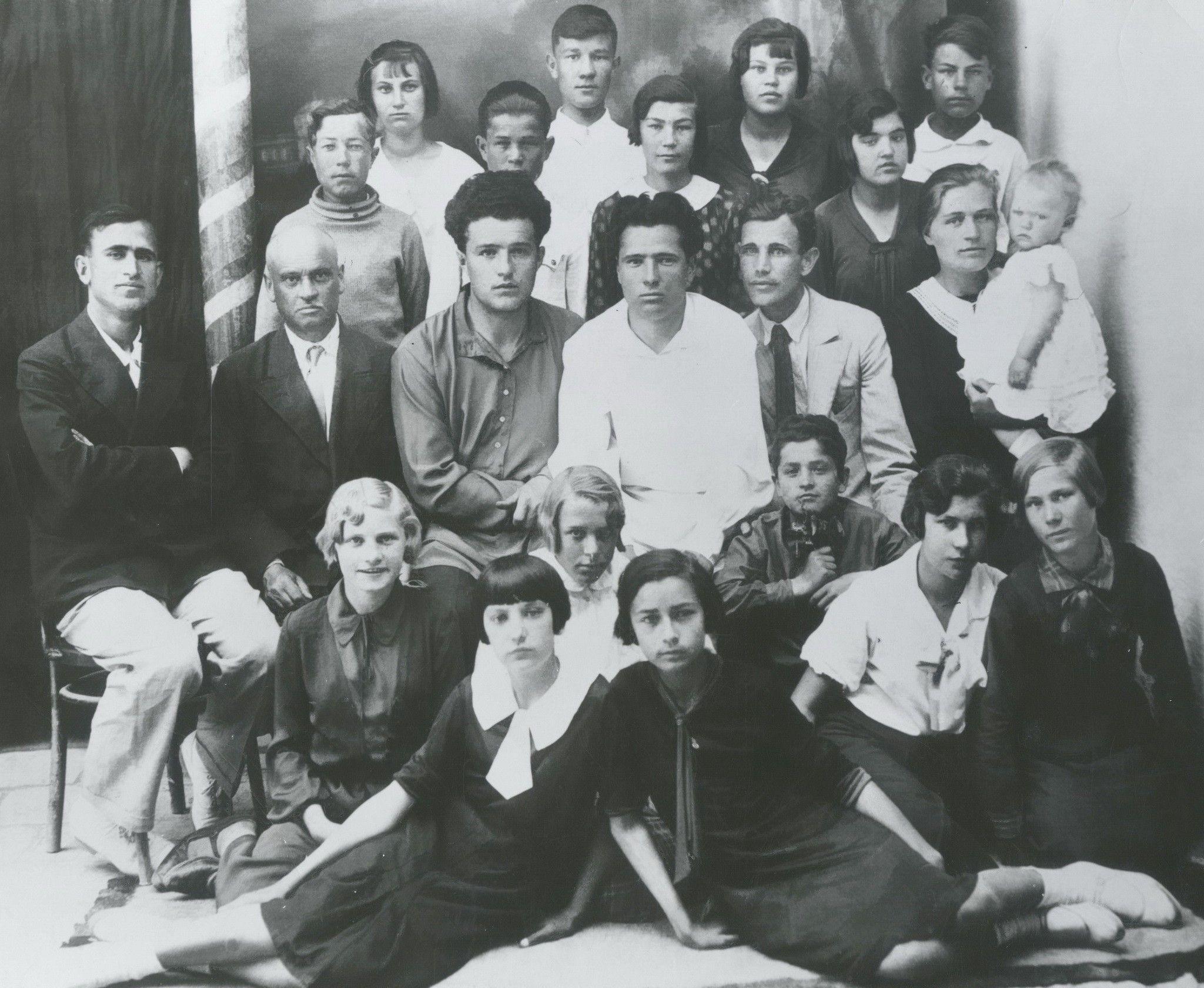 Ирма с маленькой Анечкой справа, снимок сделан в школе в Ургенче (17 сентября 1937 года), где работала Ирма Мартенс-Герман... «У меня был хороший голос, — вспоминает Ирма в одном интервью, — но мне было далеко до него». Но этому голосу суждено было воскреснуть в дочери Ойгена и Ирмы — Анне, которая пронесла его далеко за пределы своих обеих родин.
