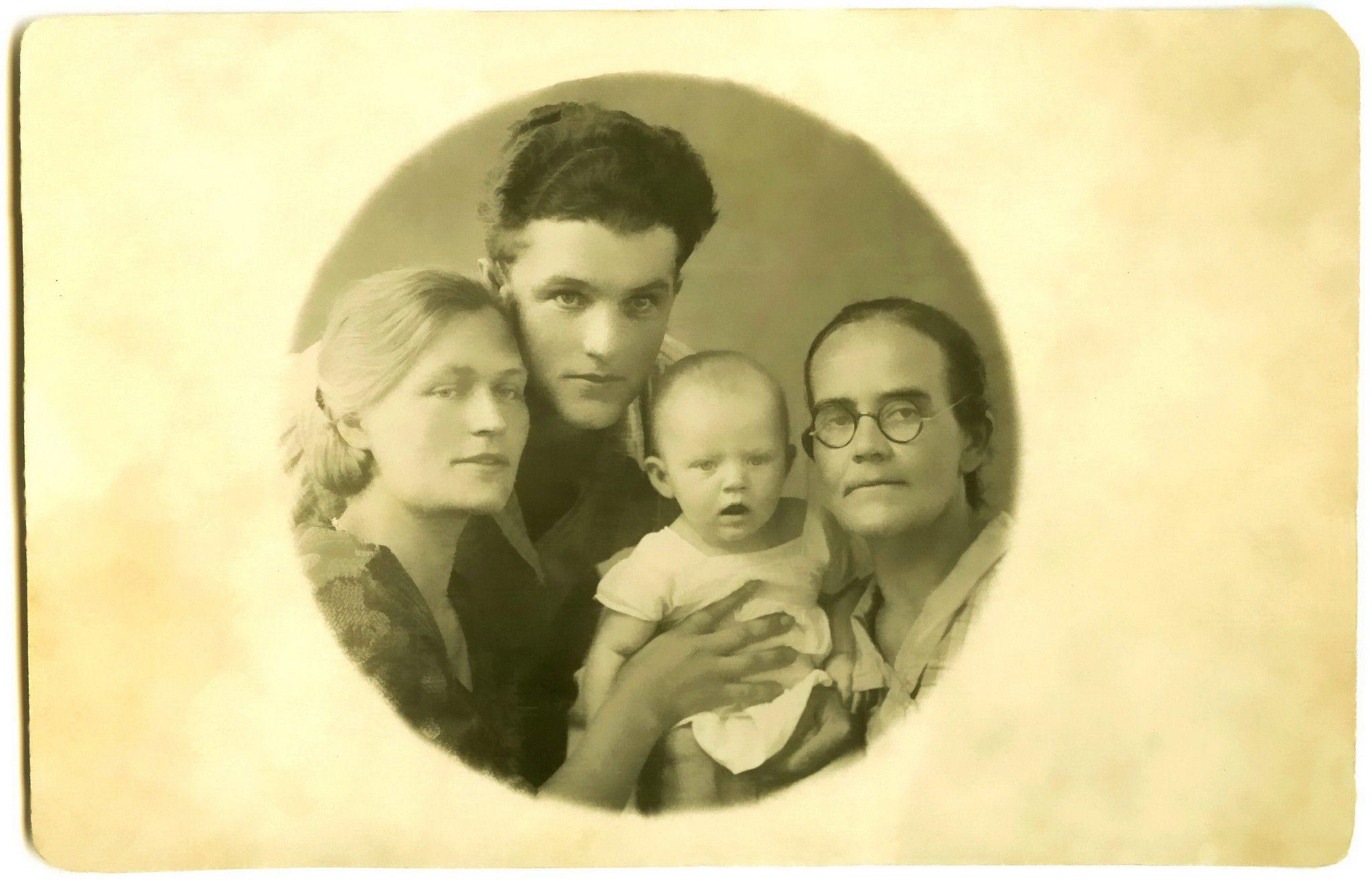А счастье так недолго лгало... маленькая Анечка с папой, мамой и бабушкой!