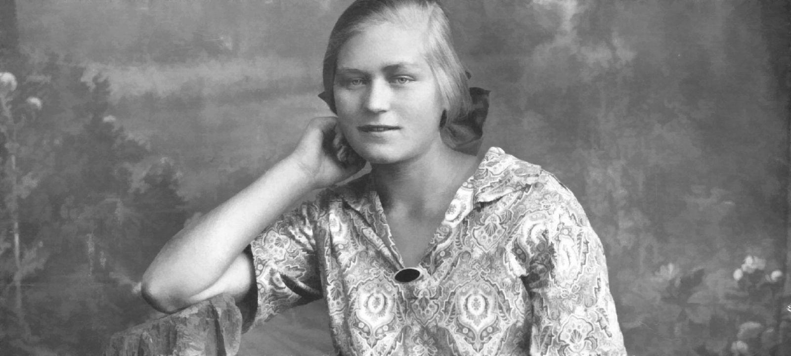 Русская немка юная Ирма Мартенс в своем родном селе Великокняжском