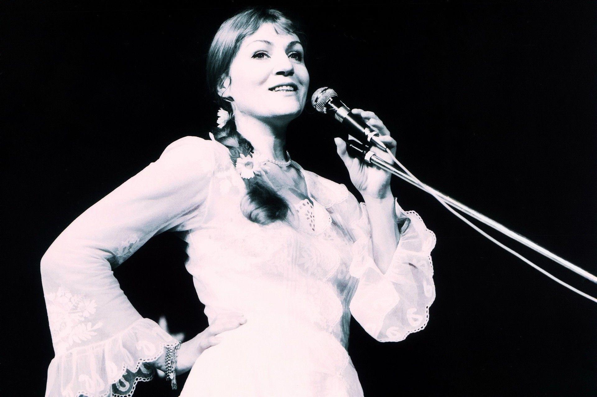 Анна Герман вся в белом... и она была белым ангелом польской эстрады: именно так называли её при жизни — «Белым Ангелом польской эстрады»! Ведь её голос, действительно, был ангельским, он удивительным образом трогает слушателя до глубины души...